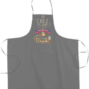 """Tablier dicton """"Chez les Gones le chef c'est paulo"""" couleur gris"""