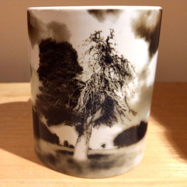 Illustration du mug Arbre collaboration Argaya, vue de face