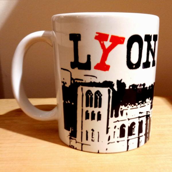 Mug illustré par la Tribu des Gones, titré Lyon avec vue des monuments du Vieux-Lyon, vue droite