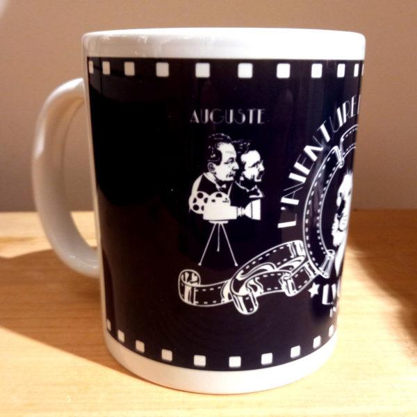 Mug illustré par la Tribu des Gones, l'Aventure du cinéma avec les frères Lumières, vue droite