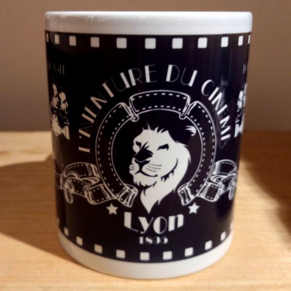 Mug illustré par la Tribu des Gones, l'Aventure du cinéma avec les frères Lumières, vue face