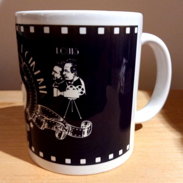 Mug illustré par la Tribu des Gones, l'Aventure du cinéma avec les frères Lumières, vue gauche