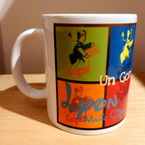 Mug illustré par la Tribu des Gones, Guignol Pop, vue droite