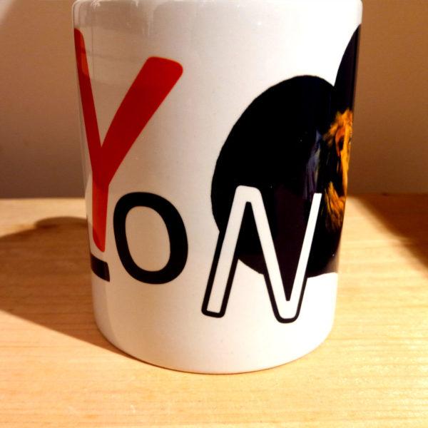 Mug illustré par la Tribu des Gones, Titré Lyon, avec un lion dans un coeur, vue face