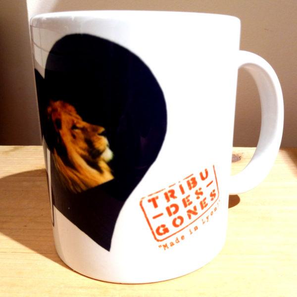 Mug illustré par la Tribu des Gones, Titré Lyon, avec un lion dans un coeur, vue gauche