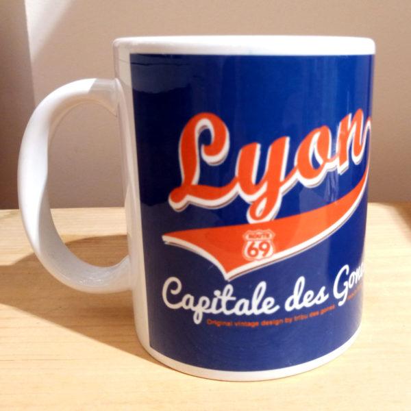 Mug illustré par la Tribu des Gones, Titré Lyon Capitale des Gones, vue droite