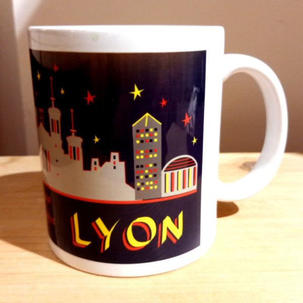 Mug illustré par la Tribu des Gones, Lyon voyage au coeur de la ville Lumière, vue gauche