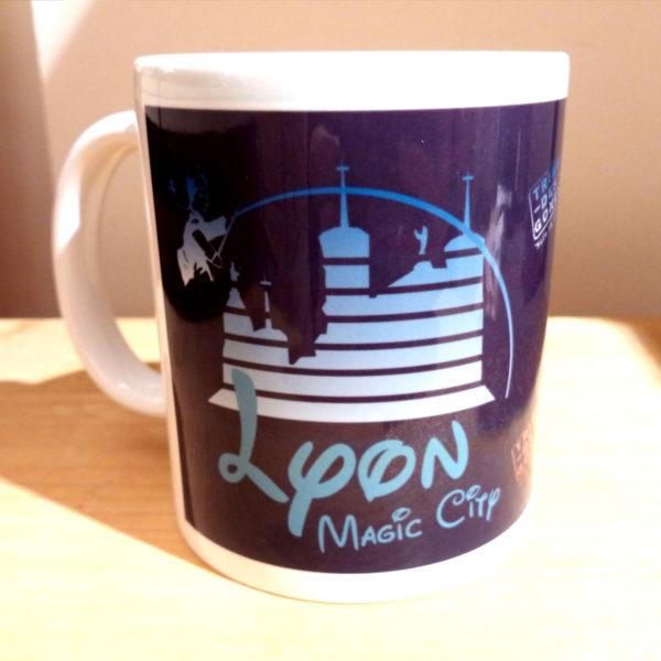 Mug illustré par la Tribu des Gones, Lyon Magic city, vue droite