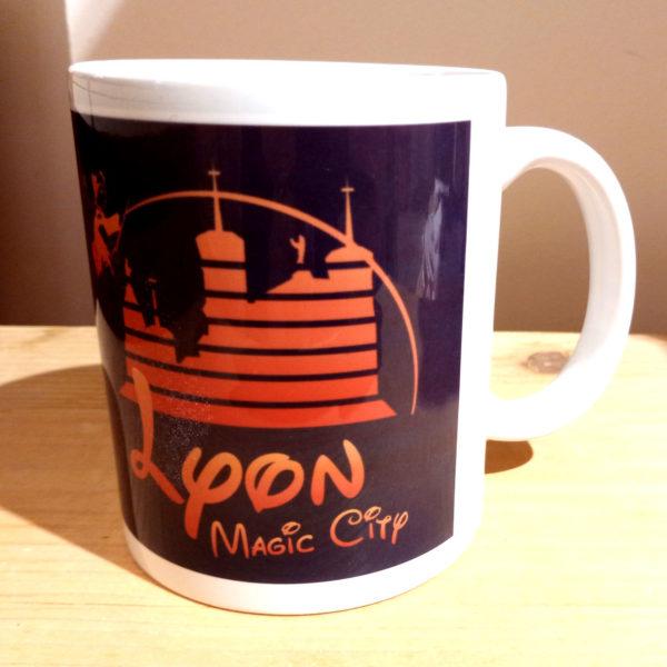 Mug illustré par la Tribu des Gones, Lyon Magic city, vue gauche