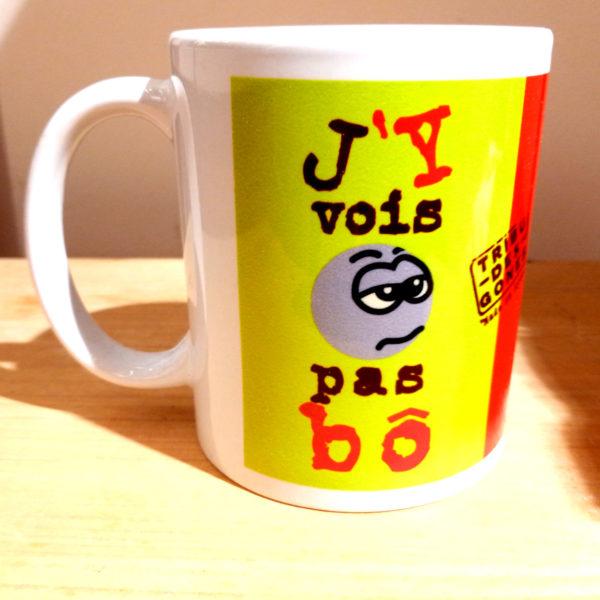 """Mug illustré par la Tribu des Gones, avec le dicton """"J'y vois pas Bô"""", vue droite"""