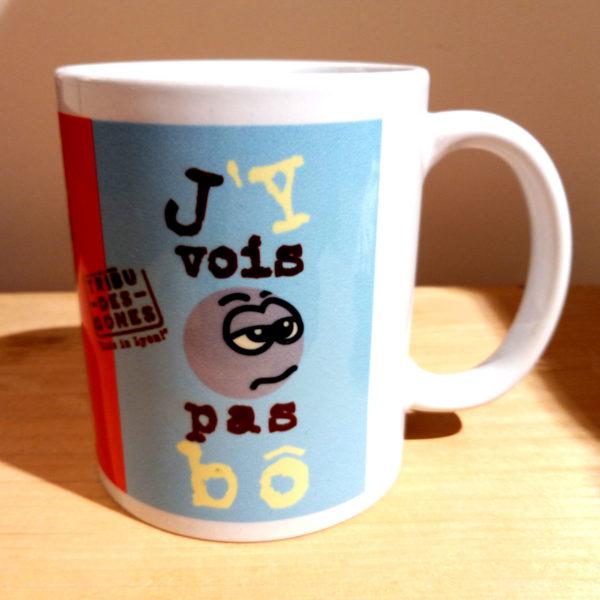 """Mug illustré par la Tribu des Gones, avec le dicton """"J'y vois pas Bô"""", vue gauche"""