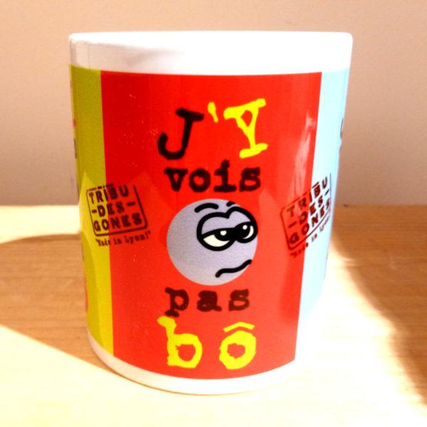 """Mug illustré par la Tribu des Gones, avec le dicton """"J'y vois pas Bô"""", vue face"""