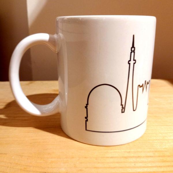 Mug illustré par la Tribu des Gones, avec les monuments de Lyon sous forme de skyline, vue droite