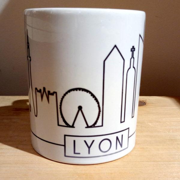 Mug illustré par la Tribu des Gones, avec les monuments de Lyon sous forme de skyline, vue face