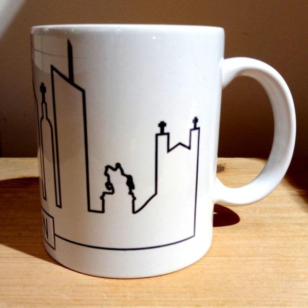 Mug illustré par la Tribu des Gones, avec les monuments de Lyon sous forme de skyline, vue gauche