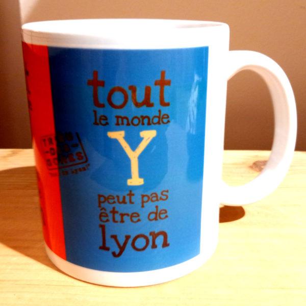 Mug illustré par la Tribu des Gones, Tout le monde Y peut pas être de Lyon, vue gauche