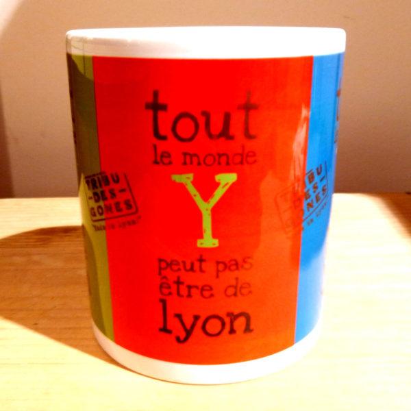 Mug illustré par la Tribu des Gones, Tout le monde Y peut pas être de Lyon, vue face