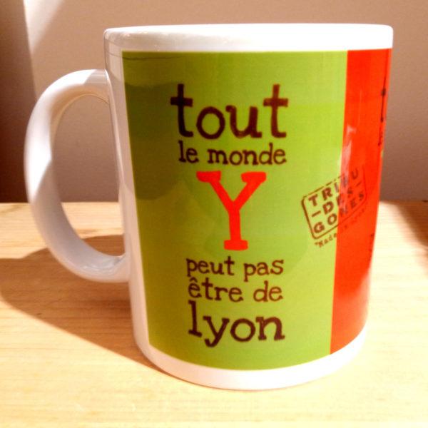 Mug illustré par la Tribu des Gones, Tout le monde Y peut pas être de Lyon, vue droite