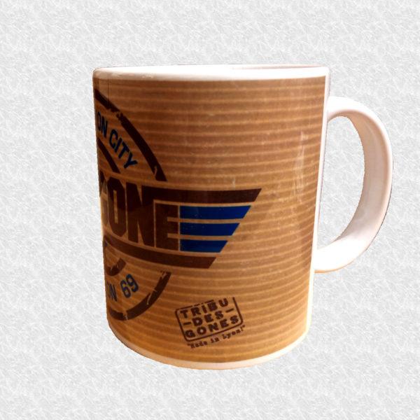 Mug illustré par la Tribu des Gones, Titré Top Gone, vue gauche